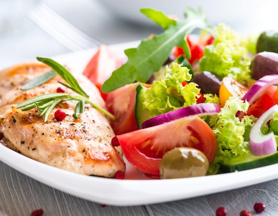 frischer Salat mit Hähnchen